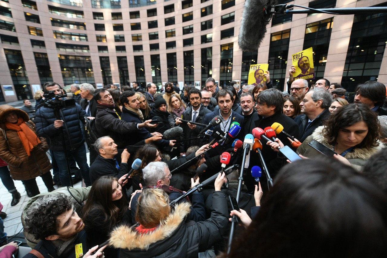 Rueda de prensa de Carles Puigdemont hoy ante el Europarlamento. (Foto: JxCat)